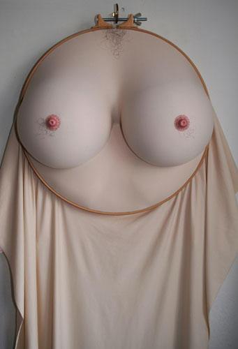 """Kunst: Hewett hatte immer schon ein Interesse an Körpern - und an den falschen Bildern, die über die Medien transportiert werden. Es gibt schließlich nur wenige Frauen mit perfekter Haut und Modelbeinen. """"Ich denke, mit meiner Arbeit hinterfrage ich den idealisierten, gephotoshoppten Körper der Mode- und Beauty-Industrie.""""     Hier zu sehen: die Stickerei """"Puts hairs on your chest""""."""