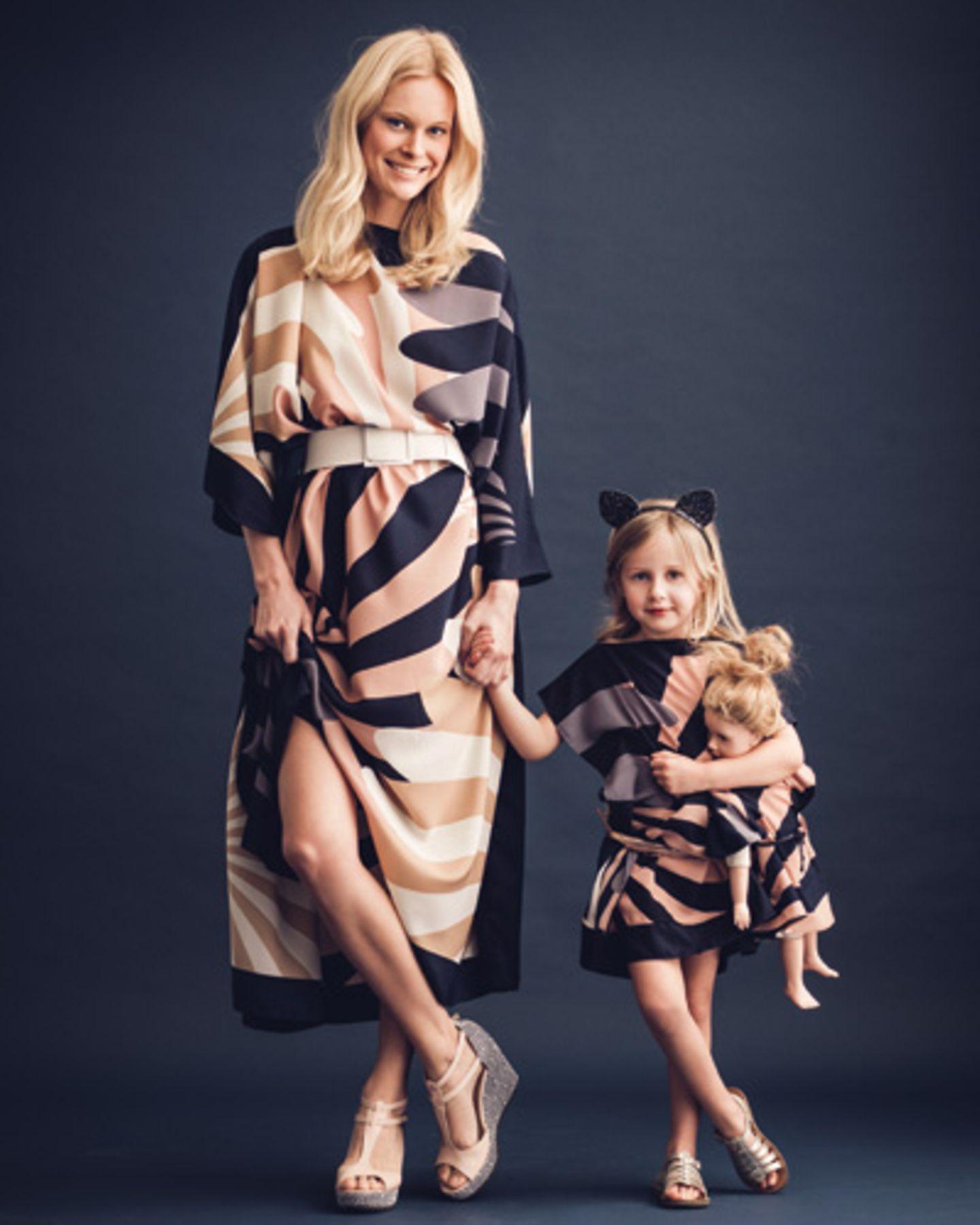 """""""Schickimicki"""", sagt das Kind. """"Glamourös"""", seufzt Mom. Nur Püppi schweigt und genießt. Für alle drei gilt: Dieses Kleid wird ab jetzt nicht mehr ausgezogen. Ob Sommerfest, Opas Geburtstag oder einfach so. Passt immer."""