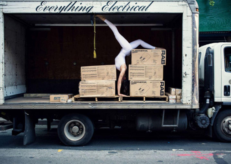 """Auch wenn der Name es vermuten lässt: Bei dem Projekt """"The Urban Yoga"""" geht es weniger um Yoga, als um ein Experiment. Die slowenische Architektin und Yogalehrerin Anja Humljan möchte damit den Dialog zwischen unserem Körper und der modernen Stadt erkunden. """"Viele Menschen fühlen sich durch die Stadt eingeengt, gestresst und unter Dauerstrom. Dabei sollten wir unser urbanes Umfeld nicht als etwas betrachten, das unsere Harmonie stört, sondern vielmehr als vitales Element, das zur Harmonie beiträgt"""", sagt Anja. Sie ist sich sicher: Wenn wir uns in alltäglichen Situationen auf unseren Körper und unsere Sinne konzentrieren, auf das, was wir fühlen, riechen, schmecken, sehen und hören, kann die Stadt eine Quelle positiver Energie sein. Ein Ort, der Erinnerungen weckt, Geschichten erzählt und uns träumen lässt. Mit """"The Urban Yoga"""" möchte Anja zeigen, dass bei der Entwicklung städtischer Räume nicht nur Ästhetik und Technik wichtig sind, sondern auch die Menschen, die sich darin bewegen. Den Namen hat Anja bewusst gewählt: """"Wie beim Yoga, wo wir uns ganz auf unseren Körper konzentrieren, kann auch die Stadt ein Ort der Selbstreflektion und Selbsterfahrung werden."""" Das erste Bild in dieser Serie entstand in den New York."""