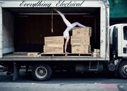 """Fotoprojekt: Auch wenn der Name es vermuten lässt: Bei dem Projekt """"The Urban Yoga"""" geht es weniger um Yoga, als um ein Experiment. Die slowenische Architektin und Yogalehrerin Anja Humljan möchte damit den Dialog zwischen unserem Körper und der modernen Stadt erkunden. """"Viele Menschen fühlen sich durch die Stadt eingeengt, gestresst und unter Dauerstrom. Dabei sollten wir unser urbanes Umfeld nicht als etwas betrachten, das unsere Harmonie stört, sondern vielmehr als vitales Element, das zur Harmonie beiträgt"""", sagt Anja. Sie ist sich sicher: Wenn wir uns in alltäglichen Situationen auf unseren Körper und unsere Sinne konzentrieren, auf das, was wir fühlen, riechen, schmecken, sehen und hören, kann die Stadt eine Quelle positiver Energie sein. Ein Ort, der Erinnerungen weckt, Geschichten erzählt und uns träumen lässt. Mit """"The Urban Yoga"""" möchte Anja zeigen, dass bei der Entwicklung städtischer Räume nicht nur Ästhetik und Technik wichtig sind, sondern auch die Menschen, die sich darin bewegen. Den Namen hat Anja bewusst gewählt: """"Wie beim Yoga, wo wir uns ganz auf unseren Körper konzentrieren, kann auch die Stadt ein Ort der Selbstreflektion und Selbsterfahrung werden."""" Das erste Bild in dieser Serie entstand in den New York."""