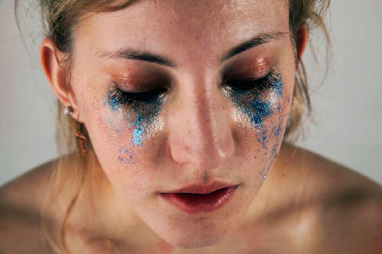 Wie ist das Bild, das wir anderen von uns zeigen möchten? Am liebsten perfekt. Egal, wie wir uns fühlen, wir möchten makellos sein. Alles gut, Leute! Ein absurder Anspruch, findet die 19-jährige Foto-Studentin Hannah Altman aus dem amerikanischen Pittsburgh. Um aufzurütteln, hatte sie eine besondere Idee. Was wäre, wenn man Körperflüssigkeiten von Frauen durch Glitzer ersetzt? Flüssigkeiten, Zustände und Nöte, für die wir uns manchmal schämen - unsere Periode, unsere Tränen, unser Zahnfleischbluten. Mit Glitzer lässt die Fotografin Verletzlichkeit strahlen.