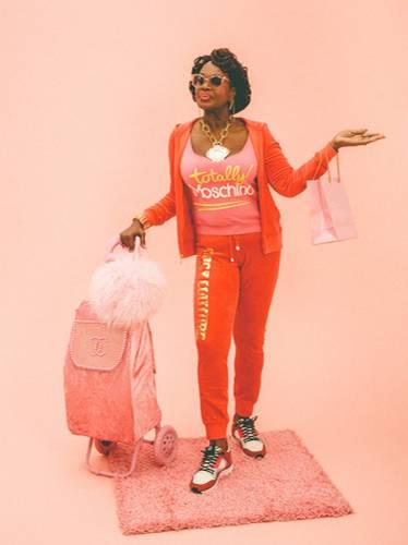 """Fotoprojekt: Die Generation 60plus ist eher selten in Modestrecken zu sehen. Der Londoner Fotograf Alex de Mora fand aber gerade diese Altersgruppe spannend für ein Fotoshooting, das er für das Vice Magazin umsetzte. Das Thema des Shootings: Streetwear. """"Ich habe mich entschieden, Menschen im Alter von über 60 zu casten, weil ich sie interessanter finde als junge, dünne Models"""", erklärt er auf Instagram. Und wieso nicht einmal Senioren im Adidas-Jogging-Ensemble, im Juicy-Couture-Look und mit viel Bling-Bling zeigen?"""
