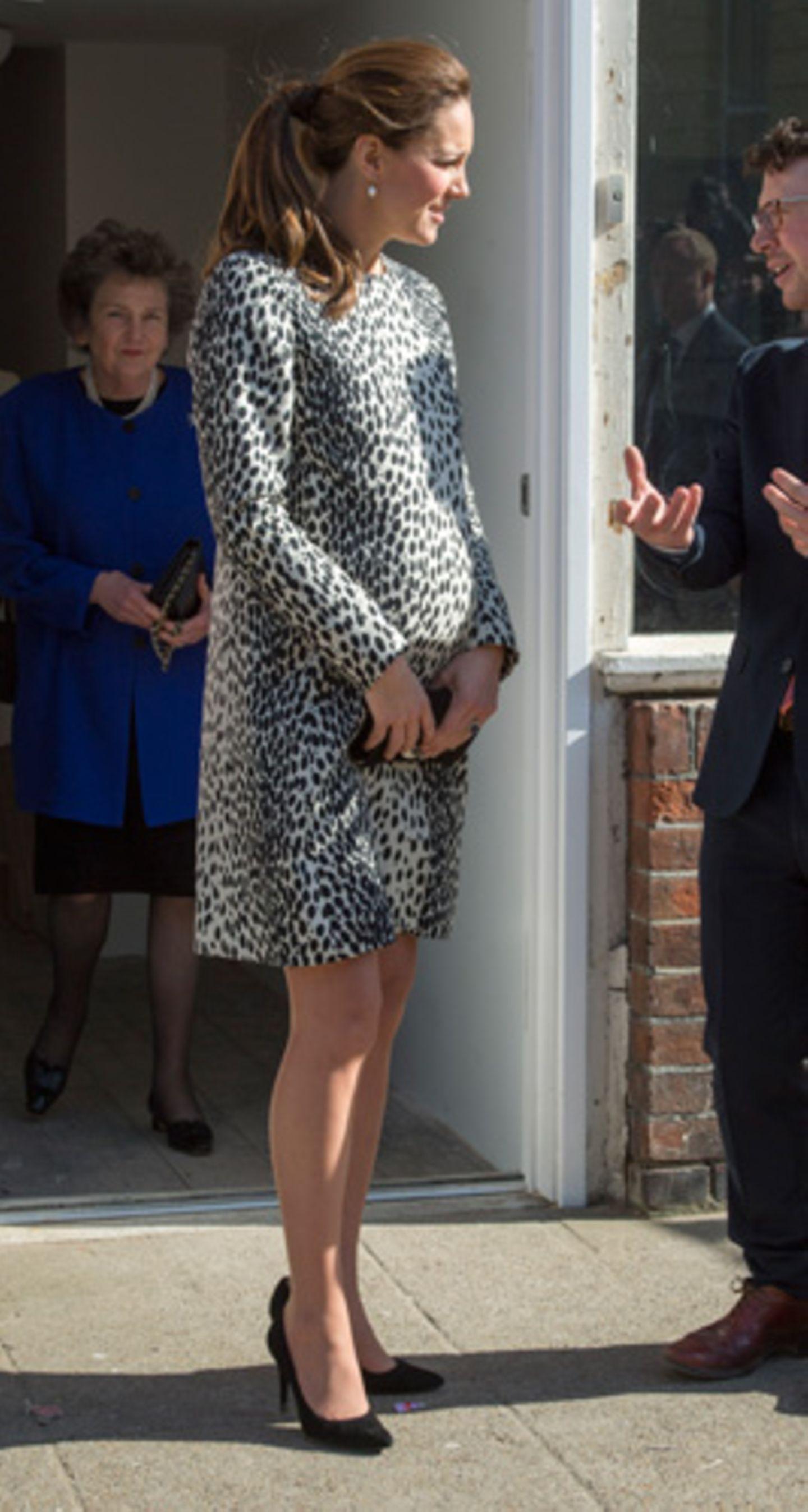 Kate Middleton, anders gesagt, Catherine Duchess of Cambridge, erwartet ihr zweites Kind. Im September gab das britische Königshaus die Schwangerschaft offiziell bekannt. Dank der internationalen Presse kann die ganze Welt den Fortschritt ihres Babybauchs – und Kate Middletons schicke Schwangerschafts-Looks – begutachten. Am 11. März 2015 trug die Duchess in Margate, England, ein Minikleid mit Animal-Print.