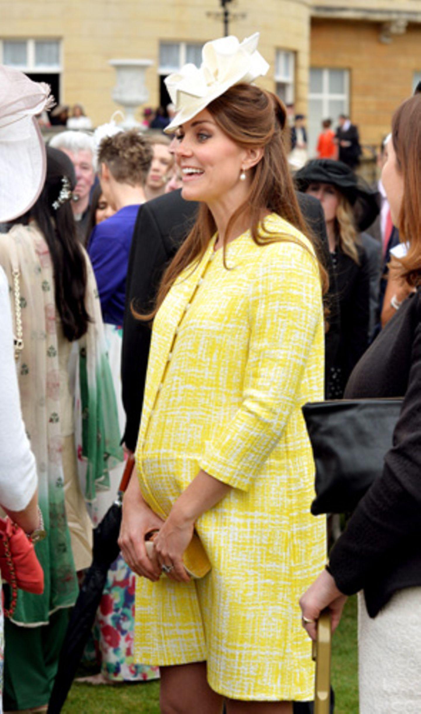 Was trägt man, wenn die Schwiegermutter (in Kate Middletons Fall also Queen Elizabeth II) zu einer Gartenparty einlädt? Im Buckingham Palace natürlich Hut – und einen sonnengelben Mantel.