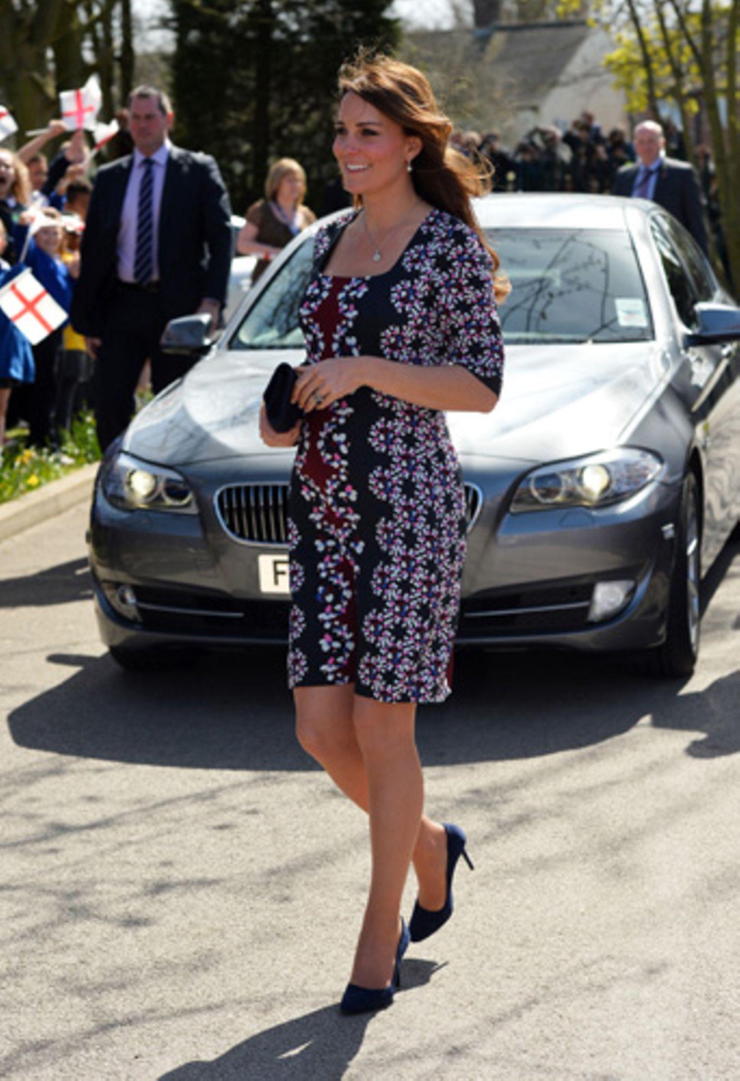 An einem sonnigen Tag in Manchester zeigte sich Kate Middleton in einem Kleid mit grafischem Muster.