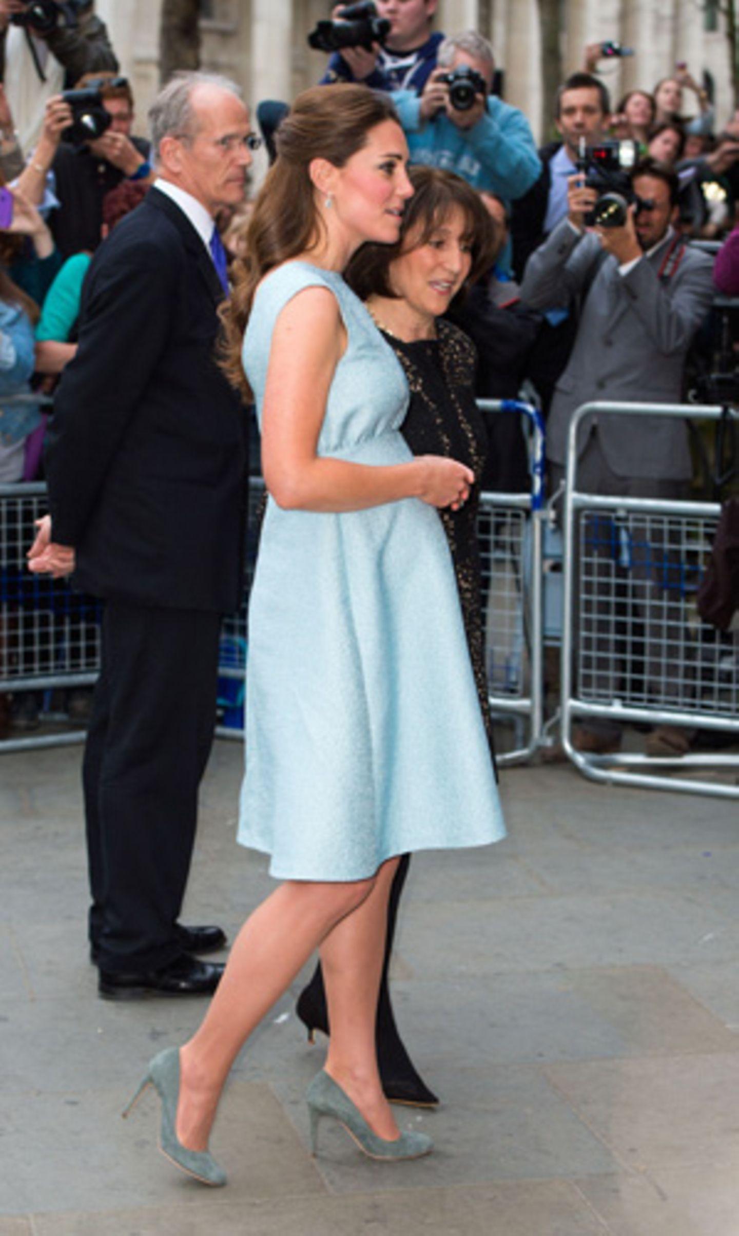 Ein Bild aus Kate Middletons erster Schwangerschaft: Am 24. April 2013 besuchte sie in einem veilchenblauen Kleid die National Portrait Gallery in London.