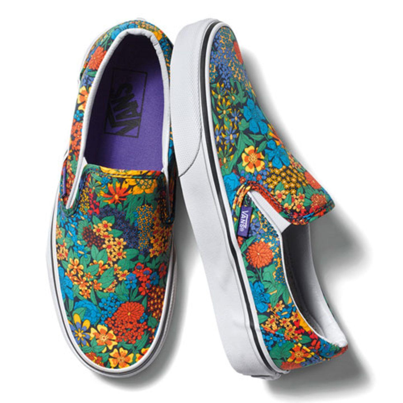 """Gute Neuigkeiten für Sneakers-Freunde: Die Zusammenarbeit zwischen Vans und dem britischen Modehaus Liberty Art Fabrics geht in die nächste Runde. Während die Kollektion letzten Sommer farblich eher gedeckt war, wird es jetzt bunt. Drei klassische Skater-Schuhe haben insgesamt vier neue Liberty-Prints bekommen – von floralen Mustern bis """"Alice in Wonderland"""". Hier zu sehen: das Modell """"Liberty Slip-On Multi Floral"""" - der klassische Slip-on-Sneaker mit einem farbstarken, sommerlichen Blumenmuster, circa 70 Euro."""