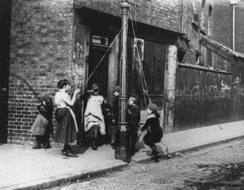 1892: Schaukeln im Armenviertel