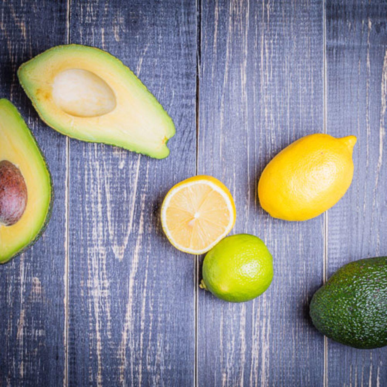 Avocado mit Zitrone und Meersalz
