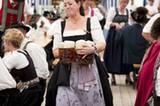 Klais, Deutschland: Bei einem Bierfestival in Bayern verrichtet eine Kellnerin Schwerstarbeit.
