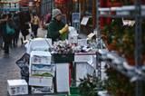 London, England: Eine Frau legt die Ware in ihrem kleinen Laden in Chinatown aus.