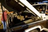 Oaxaca, Mexico: Zwei Frauen reparieren ihren kaputten Truck, damit sie weiter Holz ausfahren können. Die Ehemänner der Frauen sind in die USA ausgewandert und haben ihre Frauen im Stich gelassen - wie viele andere Männer auch. Die Frauen ernähren nun allein ihre Familien, indem sie die Jobs der Männer übernehmen.