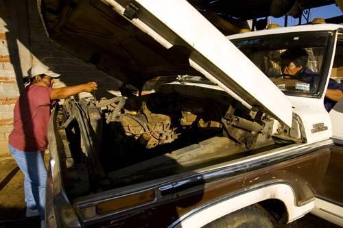 Arbeiten: Oaxaca, Mexico: Zwei Frauen reparieren ihren kaputten Truck, damit sie weiter Holz ausfahren können. Die Ehemänner der Frauen sind in die USA ausgewandert und haben ihre Frauen im Stich gelassen - wie viele andere Männer auch. Die Frauen ernähren nun allein ihre Familien, indem sie die Jobs der Männer übernehmen.