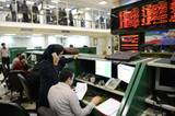 Teheran, Iran: Eine Börsenhändlerin diskutiert am Telefon über die aktuellen Kurse.