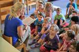 Pfungstadt, Deutschland: Die Erzieherin Jennifer Karbot liest den Kindern ihres Kindergartens Märchen vor. Der schlechte Verdienst von Erziehern wird immer wieder angeprangert, die meisten Angestellten in dem Bereich sind Frauen.