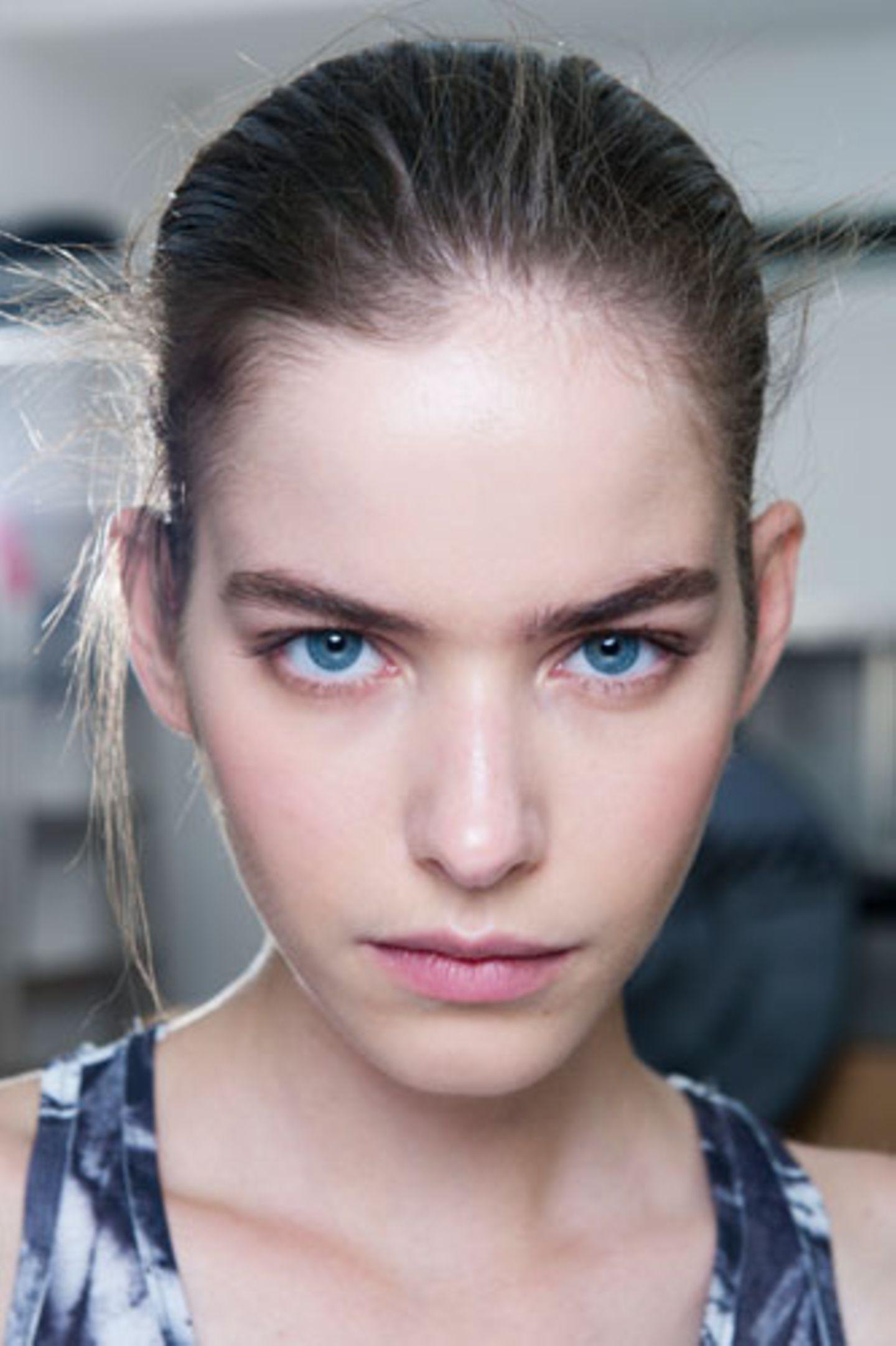 Wie wirkt Make-up: Betonte Augenbrauen