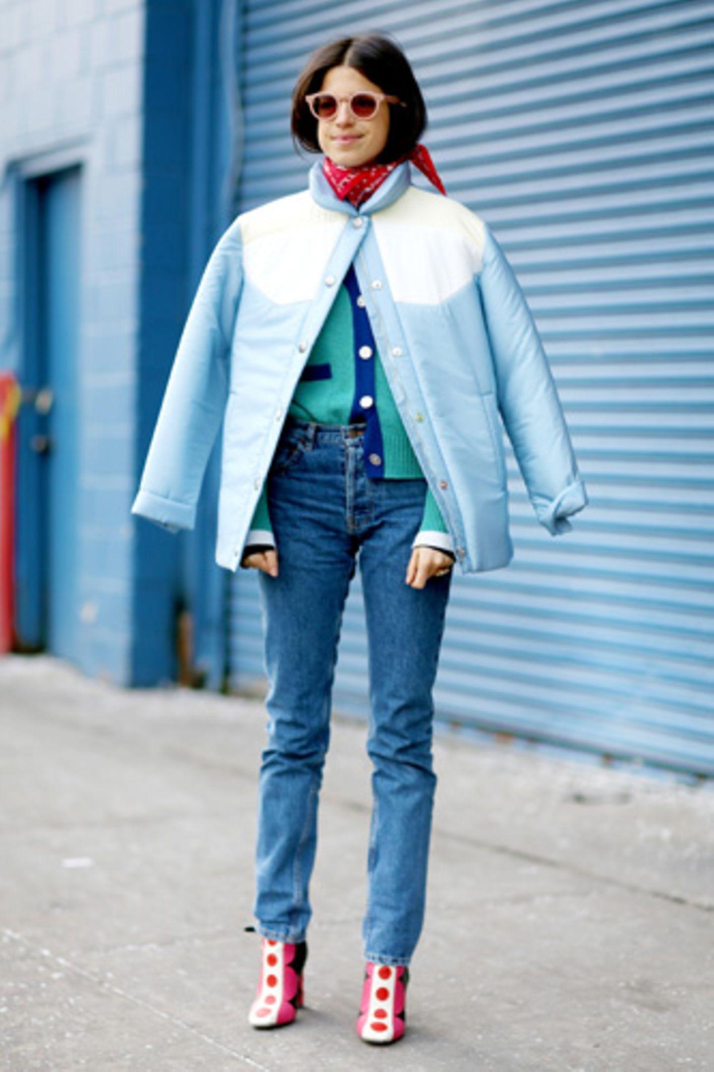 """Die Levi's 501 gibt es bereits seit 1890 und ist immer noch so beliebt, dass Levi's sie dieses Jahr als """"501 CT"""" neu aufgelegt hat. In der Modewelt kam die neue 501 gut an – von New York City bis London war sie während der Fashion Week an vielen Frauen zu sehen. Streetstyle-Fotografin Jessie Bush hielt die verschiedenen Levi's-Jeans-Styles fotografisch fest. Ob sportlich-lässig zu Sneakers kombiniert, cool zu Boots oder feminin zu Pumps oder Sandalen - diese Jeans passt sich jedem Typ an."""
