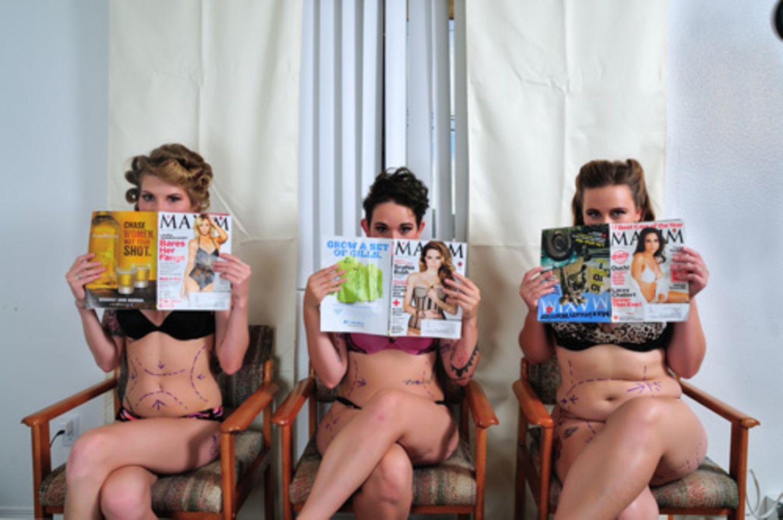 In der Hand halten sie Zeitschriften ...