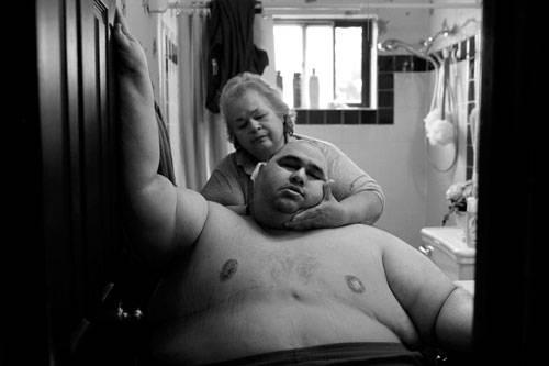 Sony World Photography Awards 2015: Dieser Mann wiegt 300 Kilo. Aufgrund seiner Fettleibigkeit kann Hector Garcia Jr. aus Texas nicht mehr allein das Haus verlassen - nicht mal das Zimmer in seinem Elternhaus. Alltägliche Aufgaben, wie die Körperhygiene, kann er nicht allein bewältigen. Der Anteil adipöser Menschen liegt in den USA bei über sechs Prozent.