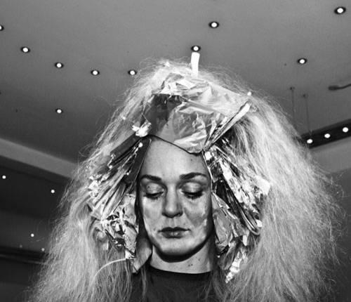 """Sony World Photography Awards 2015: Man muss nicht nach exotischen Orten suchen, um das Unbekannte zu entdecken. In diesem Fall hat der dänische Fotograf Jens Juul unbekannte Geschichten beim Friseur um die Ecke gefunden. Sein Projekt ist noch nicht beendet: """"Es gibt immer noch so viel zu entdecken in den Kopenhagener Salons."""" Vor allem, weil das Haar ein sehr intimer Teil einer Person sei, findet Juul."""