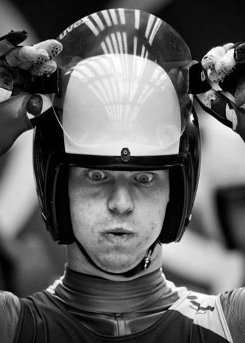 Sony World Photography Awards 2015: Sotschi 2014: Italiens Bob-Fahrer Ludwig Rieder bereitet sich für die große Abfahrt vor.
