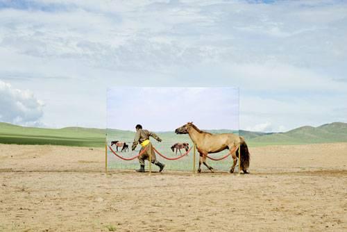 Sony World Photography Awards 2015: Diese Installation zeigt einen mongolischen Nomaden und sein Pferd. Auf Leinwand und in natura. Sie gehört zu einem Freilicht-Museum, das auf die Zerstörung des Lebensraumes dieser Volksgruppe aufmerksam machen will.