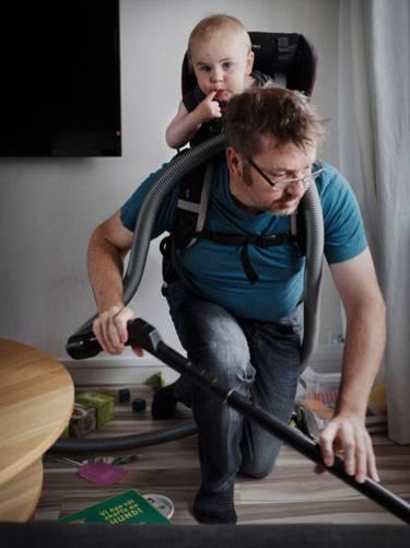 Sony World Photography Awards 2015: Dürfen wir vorstellen? Ola Larsson, 41 Jahre alt und sein Sohn Gustav, acht Monate alt.  Die beiden leben in Schweden, wo es auch für Väter üblich ist, eine längere Elternzeit zu nehmen.