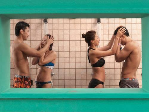 Sony World Photography Awards 2015: Zärtliche Momentaufnahmen: gegenseitiges Einseifen in der öffentlichen Dusche des größten Freizeitparks Koreas.