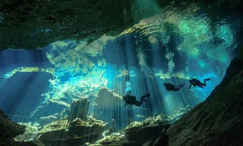 """""""Underwater Photographer of the Year"""": Wie eine Expedition zu einem fremden Planeten: """"Divers in the Light"""" von Elaine White.    www.upylondon.com"""