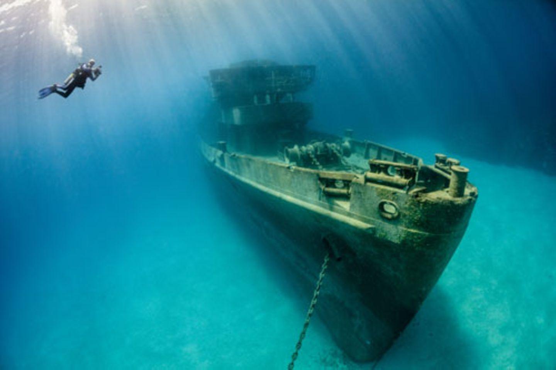 """Auch kunstvolle Unterwasserfotografie darf sich einen Kalauer im Titel erlauben: """"Sunbathing"""" von Nadya Kulagina. www.upylondon.com"""