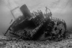 """""""The Ghostly Giannis D"""" von John Parker entstand durch Hartnäckigkeit: Zweimal tauchte der Fotograf zu diesem geisterhaften Wrack herunter, nur um später festzustellen, dass der Auslöser seiner Kamera defekt war. Beim dritten mal aber war der Fluch gebrochen. www.upylondon.com"""