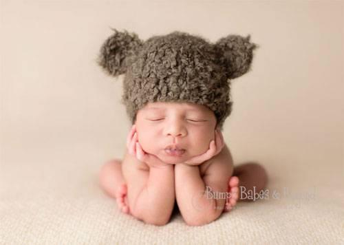 Süße Babys: Natürlich sind Babys süß. Und Neugeborene besonders. Aber nicht immer kommt das auf Fotos so rüber (jedenfalls, wenn wir draufhalten). Wir staunen darum über die Bilder der Londoner Fotografin Sandi Ford von www.bumpsbabesandbeyond.com. Wir wissen nicht, wie sie es hinkriegt, vielleicht mischt sie etwas in die Muttermilch - aber die Babys auf ihren Fotos sehen so knuddel-wonnig-freundlich aus, dass man am liebsten sofort schwanger werden will. 30 dieser süßen Knöpfe haben wir für euch als kleinen Augenschmaus zwischendurch ausgesucht - viel Spaß beim Baby-Watching!