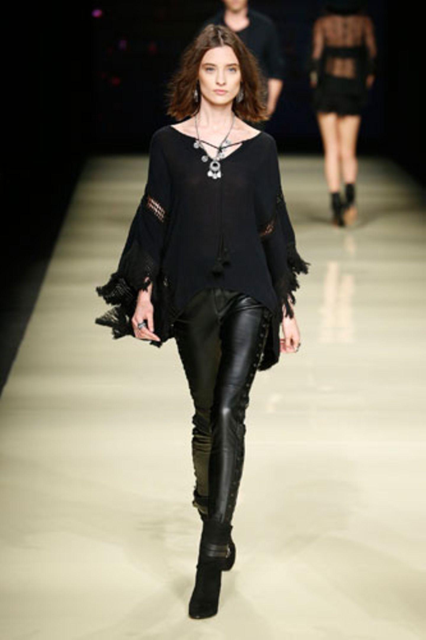 Als das Modelabel Mango nach Barcelona ludt, um seine Sommerkollektion 2015 in einer großen Fashion Show zu präsentieren, kam richtig Urlaubslaune auf. Insgesamt 35-Damenlooks feierten den Sommer – und die 70er-Jahre. Denn dieses Jahrzehnt, das in der Mode als Inspiration gerade omnipräsent ist, diente als Vorbild für die Sommerkollektion bei Mango. Auf dem Laufsteg dominierten bohemistische Hippie-Looks - Spitze, Stickereien, Fransen, Velours, fließende Stoffe, Lederhosen und Boho-Elemente. Jimi Hendrix und Jim Morrison lassen grüßen. Wir können uns diese Looks ebenso gut in der City wie auf dem Festivalgelände vorstellen und lassen uns gerne von den Stylings auf dem Laufsteg inspirieren.