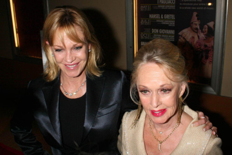 """Stars: """"Koks und Alkohol ersetzten mir später, wonach ich mich wirklich sehnte - wahre Liebe."""" Schauspielerin Melanie Griffith, 57, über ihre Mutter Tippi Hedren, 85, ebenfalls Schauspielerin und vor allem bekannt für ihre Rolle in """"Die Vögel""""."""