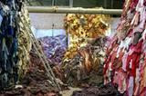 """Woher kommt unsere Kleidung und wie wurde sie produziert? Das Interesse an diesen Fragen wächst, viele Menschen wollen wissen, was sie kaufen. Insbesondere seit dem Einsturz der Textilfabrik """"Rana Plaza Factory"""" in Dhaka, Bangladesch im April 2013 sehen sich große Modeunternehmen gezwungen, strenger zu kontrollieren, unter welchen Bedingungen ihre Zulieferer produzieren lassen. Gleichzeitig befeuern Ketten wie H&M, Zara, C&A, Primark und Co. den Hunger ihrer Kunden nach immer neuen, günstigen Kleidungsstücken. Die Gegenbewegung zu diesem Konsumwahnsinn nennt sich """"Slow Fashion"""", Upcycling, oder schlicht Verzicht. Die Aktivistin Christina Dean setzt sich für Mode-Recycling ein und trug ein ganzes Jahr lang nur Mode aus dem Müll. Ihre Aktion spitzt zu, was viele Menschen als verantwortungsvollen Konsum bezeichnen. Nicht ohne Grund sprießen immer mehr Upcycling-Labels aus dem Boden. Eine Ausstellung im Hamburger Museum für Kunst und Gewerbe beleuchtet diese sehr unterschiedlichen Aspekte der Modewelt. Unter dem Titel """"Fast Fashion"""" setzt sie sich mit Modeproduktion und -konsum auseinander. Hinter den Themengebieten Fashion & Victims, Mangel & Überfluss, Global & lokal, Lohn & Gewinn, Kleidung & Chemie, Bekleidung & Ökologischer Rucksack verbergen sich spannende Infos und Hintergründe, die in einer eigens für die Ausstellung entworfenen Szenografie präsentiert werden. Die Ausstellung zeigt, wie der ethisch vertretbare Kleiderschrank von morgen aussehen könnte, und stellt auch die Frage: Welche Macht hat der Konsument? """"Fast Fashion"""" ist vom 20. März bis 20. September 2015 im Museum für Kunst und Gewerbe in Hamburg zu sehen. Oben könnt ihr euch durch einige Ausstellungsfotos klicken."""