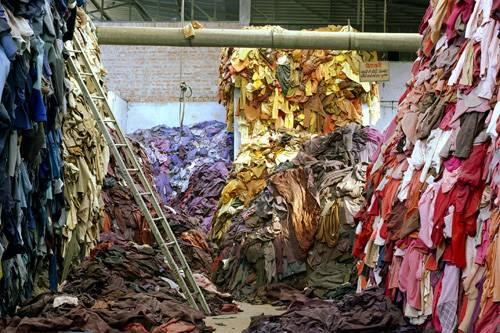"""Ausstellung: Woher kommt unsere Kleidung und wie wurde sie produziert? Das Interesse an diesen Fragen wächst, viele Menschen wollen wissen, was sie kaufen. Insbesondere seit dem Einsturz der Textilfabrik """"Rana Plaza Factory"""" in Dhaka, Bangladesch im April 2013 sehen sich große Modeunternehmen gezwungen, strenger zu kontrollieren, unter welchen Bedingungen ihre Zulieferer produzieren lassen. Gleichzeitig befeuern Ketten wie H&M, Zara, C&A, Primark und Co. den Hunger ihrer Kunden nach immer neuen, günstigen Kleidungsstücken. Die Gegenbewegung zu diesem Konsumwahnsinn nennt sich """"Slow Fashion"""", Upcycling, oder schlicht Verzicht. Die Aktivistin Christina Dean setzt sich für Mode-Recycling ein und trug ein ganzes Jahr lang nur Mode aus dem Müll. Ihre Aktion spitzt zu, was viele Menschen als verantwortungsvollen Konsum bezeichnen. Nicht ohne Grund sprießen immer mehr Upcycling-Labels aus dem Boden. Eine Ausstellung im Hamburger Museum für Kunst und Gewerbe beleuchtet diese sehr unterschiedlichen Aspekte der Modewelt. Unter dem Titel """"Fast Fashion"""" setzt sie sich mit Modeproduktion und -konsum auseinander. Hinter den Themengebieten Fashion & Victims, Mangel & Überfluss, Global & lokal, Lohn & Gewinn, Kleidung & Chemie, Bekleidung & Ökologischer Rucksack verbergen sich spannende Infos und Hintergründe, die in einer eigens für die Ausstellung entworfenen Szenografie präsentiert werden. Die Ausstellung zeigt, wie der ethisch vertretbare Kleiderschrank von morgen aussehen könnte, und stellt auch die Frage: Welche Macht hat der Konsument? """"Fast Fashion"""" ist vom 20. März bis 20. September 2015 im Museum für Kunst und Gewerbe in Hamburg zu sehen. Oben könnt ihr euch durch einige Ausstellungsfotos klicken."""