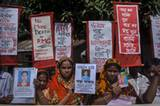 """Angehörige der Opfer der """"Rana Plaza"""" Katastrophe demonstrieren für mehr Gerechtigkeit in Dhaka, Bangladesh, im Oktober 2013. © Taslima Akhter"""