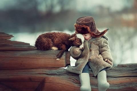 Zauberhafte Freundschaft: Tiere und Kinder spielen miteinander wie im Märchen