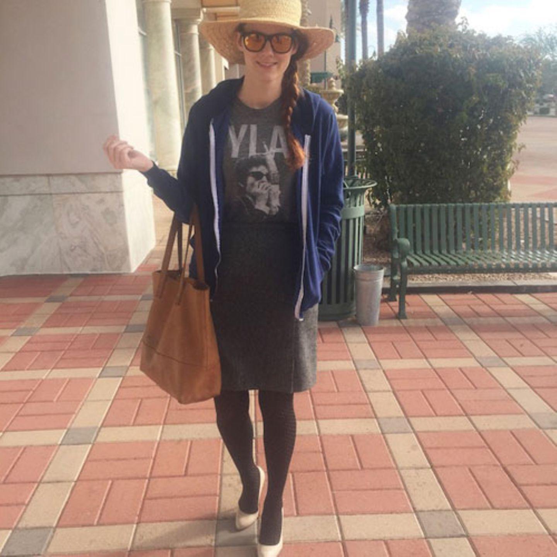 """Summer Bellessa ist Schauspielerin, Bloggerin und Mutter eines dreijährigen Sohns. Für die Website babble.com startete sie ein charmantes Projekt: Eine Woche lang durfte ihr Sohn Rockwell bestimmen, was seine Mutter anzieht. Am ersten Tag wählte Rockwell ein Bob Dylan T-Shirt, einen grauen Rock und eine Strumpfhose für seine Mutter. """"Sehr gute Wahl, Rock"""", schreibt sie in ihrem Erfahrungsbericht. """"Aber dann zeigte er auf meine hellen Pumps. """" Von dieser Entscheidung ließ sich der Dreijährige auch nicht abbringen und wählte dann auch noch ein blaues Sweatshirt, um das Outfit komplett zu machen. """"Ich ging die Treppe hinunter, um mein Outfit meinem Mann zu zeigen"""", schreibt Summer. """"Ich habe darauf gewartet, dass er loslacht, aber er hat gar nichts bemerkt."""""""