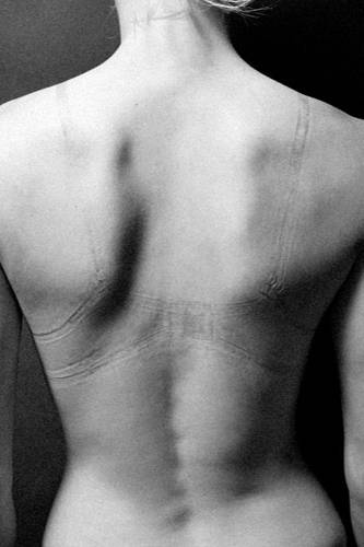 """Fotoprojekt: Der amerikanische Fotograf Justin Alexander Bartels spricht uns Frauen mit seiner Bilderserie """"Impression"""" aus der Seele. Warum nur ziehen wir immer diese viel zu engen Hosen an? Warum kaufen wir uns die schnieken High Heels nicht eine halbe Nummer größer? Warum lassen wir uns nicht einfach mal in der Wäscheabteilung beraten, um endlich die richtige BH-Größe zu finden?"""