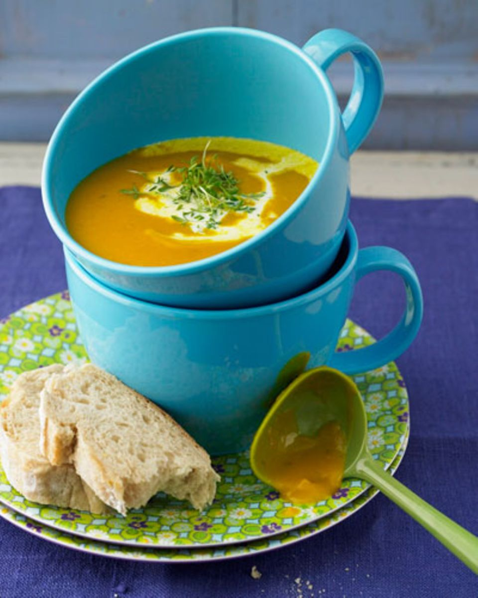 Die Kürbissuppe ist schön sahnig und wärmt nicht nur von innen, sondern auch die Seele. Wetten, dass der Zoff mit der besten Freundin da ganz schnell vergessen ist? Zum Rezept: Sämige Kürbissuppe