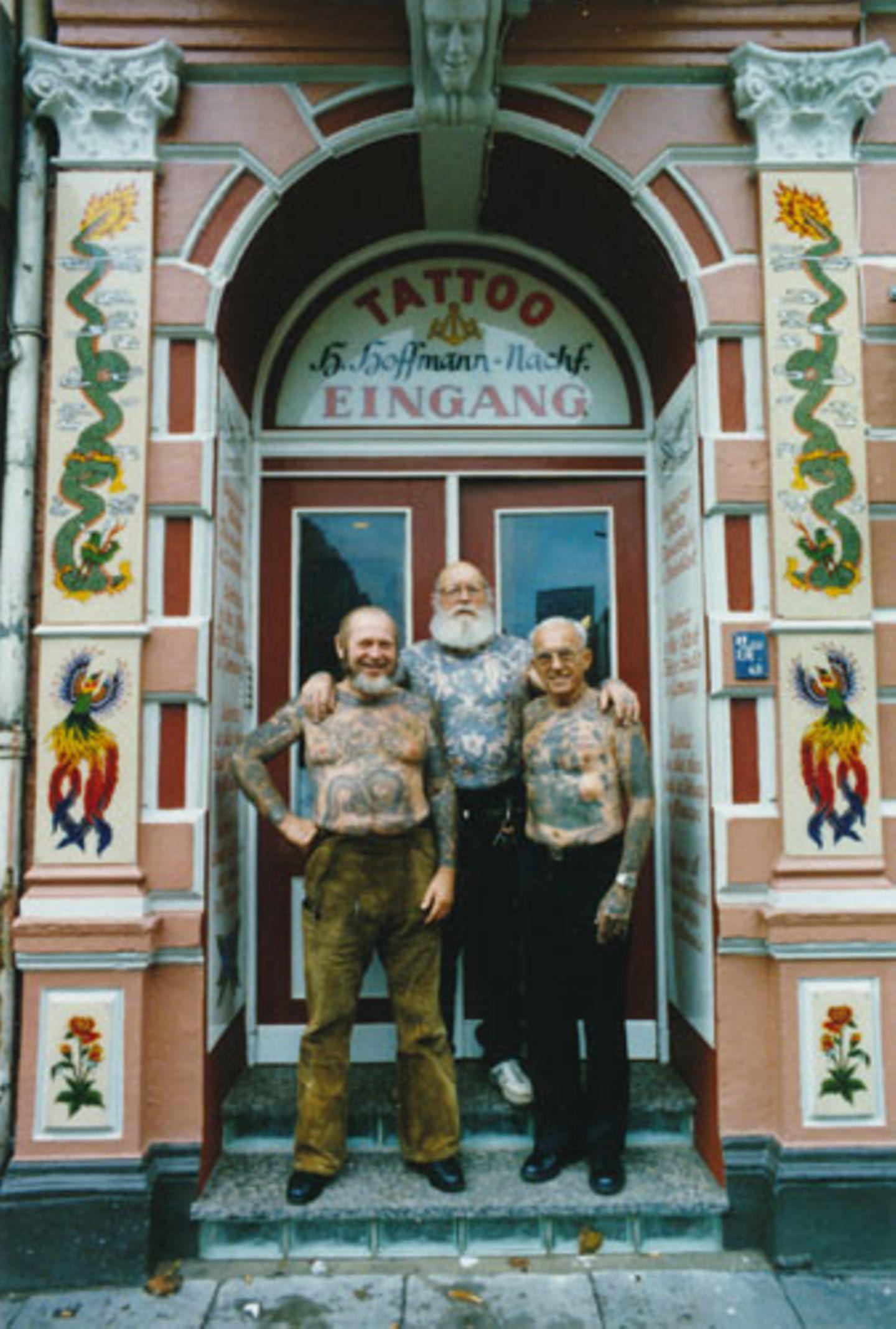 Die Tattoo-Legenden Herbert Hoffmann, Karlmann Richter und Albert Cornelissen in der ältesten Tätowierstube Deutschlands im Hamburger Stadtteil St. Pauli