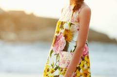 Große Blumen-Prints, feine Spitze, eine Farbwelt, die an Sonnenuntergänge über dem Mittelmeer erinnert, und dazu klassische feminine Schnitte. Diese Kollektion macht richtig Lust auf den Sommer! Insgesamt acht Teile entwarf das italienische Modehaus Dolce & Gabbana exklusiv für den Luxus-Online-Shop Net-a-Porter: ein langärmliges Minikleid, ein figurbetontes Kleid mit Rüschensaum, Jacquard-Shorts und Tops mit Mini-Patchwork-Details. Die Kollektion, die vom mediterranen Sommer inspiriert ist, verkörpert die modische, typisch italienische DNA von Dolce & Gabbana. Wir träumen uns schon einmal nach Sardinien oder Capri.