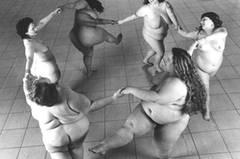 """Das Foto der übergewichtigen Frau bekam auf seiner nächsten Fotoausstellung am meisten Aufmerksamkeit. Nimoy beschloss, dieses Konzept weiter zu verfolgen, und setzte sich mit einer der Gruppe """"Big Burlesque"""" in Verbindung - Plus-Size-Tänzerinnen, die für das """"Full Body Project"""" vor der Kamera standen."""
