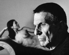 """Leonard Nimoy mag durch die Rolle des """"Mr. Spock"""" unsterblich geworden sein, aber der kürzlich verstorbene Schauspieler hatte jenseits von """"Raumschiff Enterprise"""" noch weitere Talente. Neben seiner Schauspiel- und Regiearbeit war Nimoy unter anderem ein gefragter Fotograf. 2007 brachte der den Fotoband """"The Full Body Project"""" heraus - Aktofotografie ohne Schönheitskorrekturen."""