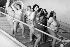 """Während es mittlerweile häufiger vorkommt, in einer Fotoserie """"unperfekte"""" Frauenkörper mit Falten, Fettpolstern oder Dellen zu zeigen, war dieser Ansatz vor ein paar Jahren noch radikal - schließlich hatte man gerade erst noch unrealistischere Körperbilder per Photoshop als """"normal"""" etabliert."""