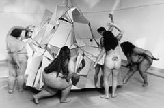 """""""Die durchschnittliche Amerikanerin wiegt 25 Prozent mehr als die Models, die ihr Kleidung verkaufen. Es gibt eine riesige Industrie, die nur darauf aus ist, Frauen Wege zu verkaufen, ihren Körper dichter an dieses Fantasieideal heranzubringen"""", so Nimoy."""