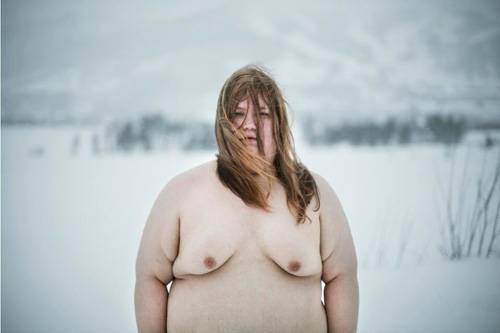 Selbstporträts: Marteline Nystad hat sich schon immer für ihren Körper geschämt und sich unwohl in ihrer Haut gefühlt. Die 24-jährige Norwegerin fotografiert hauptberuflich junge, hübsche, schlanke, manchmal magere Models. In ihrer Freizeit hat sie sich zu einem mutigen Projekt entschlossen: Sie fotografiert Selbstporträts, die sie komplett nackt zeigen. Ihr wohl mutigster Schritt: diese Bilder auch zu veröffentlichen.