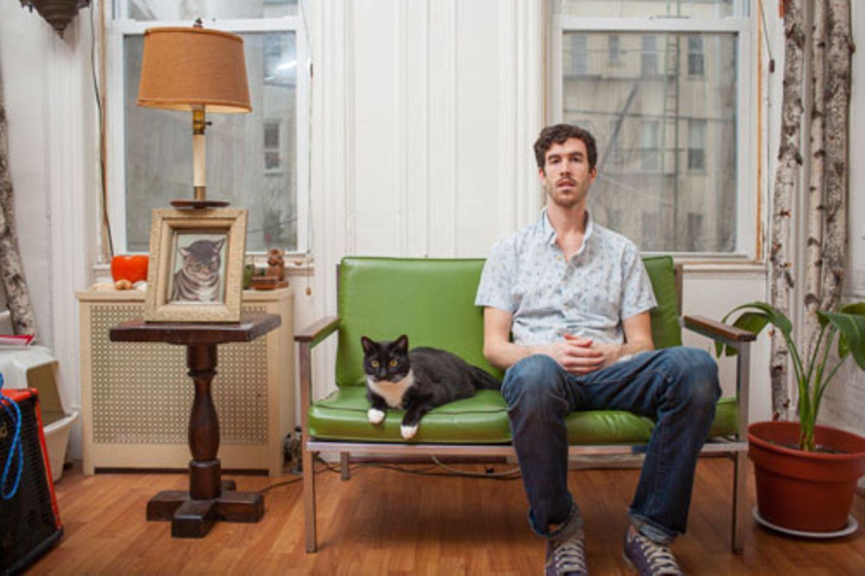 """In der Welt der Klischees gehören Katzen zu Frauen. Zugespitzt könnte man sagen: zu alleinstehenden Frauen, die gleich 16 in einer Wohnung haben (wovon drei vergessen unter dem Sofa liegen, würde unsere Kollegin F. noch ergänzen). Der New Yorker Fotograf David Williams will ein für alle mal mit diesem Vorurteil aufräumen und präsentiert mit seiner Fotoserie """"Men And Cats"""", wie vertraut Männer und Katzen sein können. Er muss es wissen: Er hat selbst eine Katze. """"Ich wollte zeigen, dass viele Menschen - unabhängig vom Geschlecht - die Freude einer Katzenfreundschaft zu schätzen wissen"""", sagte er gegenüber der Zeitung TimeOut New York. Seine Fotos beweisen das."""
