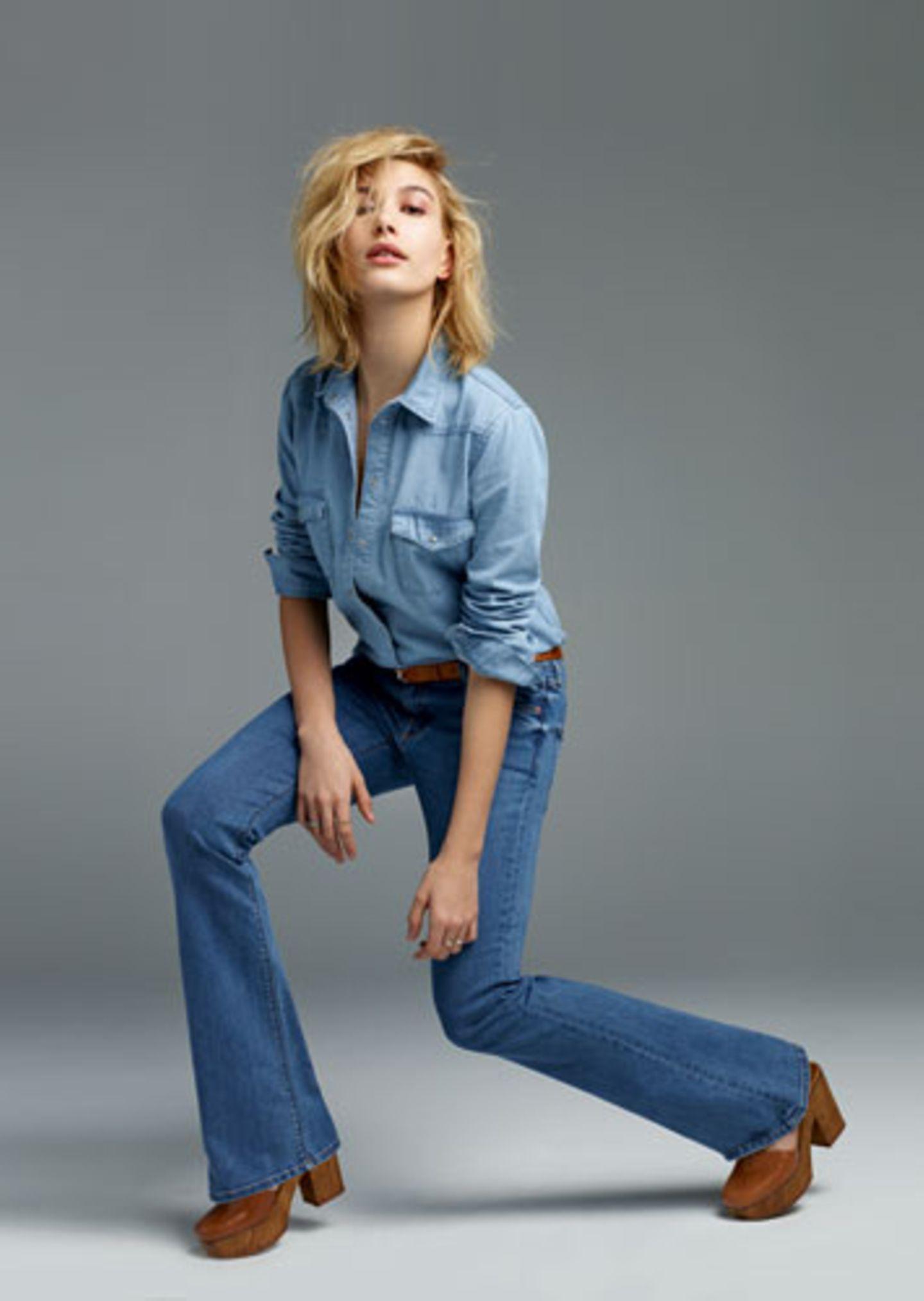 """Das britische Modelabel Topshop weiß, was angesagt ist. Und so umfasst die Topshop Denim-Kollektion für 2015 Schnitte von der Seventies-inspirierten Schlaghose über den neuen """"Girlfriend""""-Schnitt bis zur klassischen Skinny-Jeans. Als Model für das neue Denim-Lookbook stand Hailey Baldwin vor der Kamera des Modefotografen Harley Weir. Hier zu sehen: das Jeans-Modell """"Jamie Flare"""". Man beachte, dass Stylistin Kate Phelan Clogs zur Schlaghose kombiniert hat, die wir schon in unseren neuen Lieblings-Trends für 2015 vorgestellt haben."""